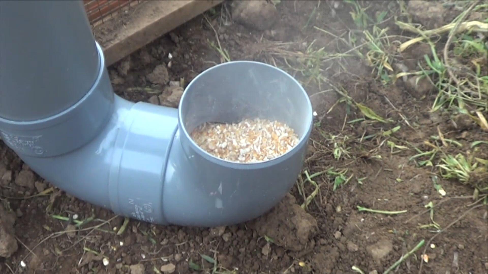 Como hacer un comedero para las gallinas la huertina de toni for Como construir un jacuzzi casero