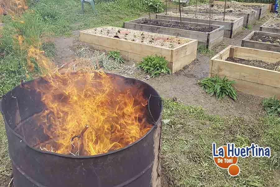 preparar biochar en el huerto